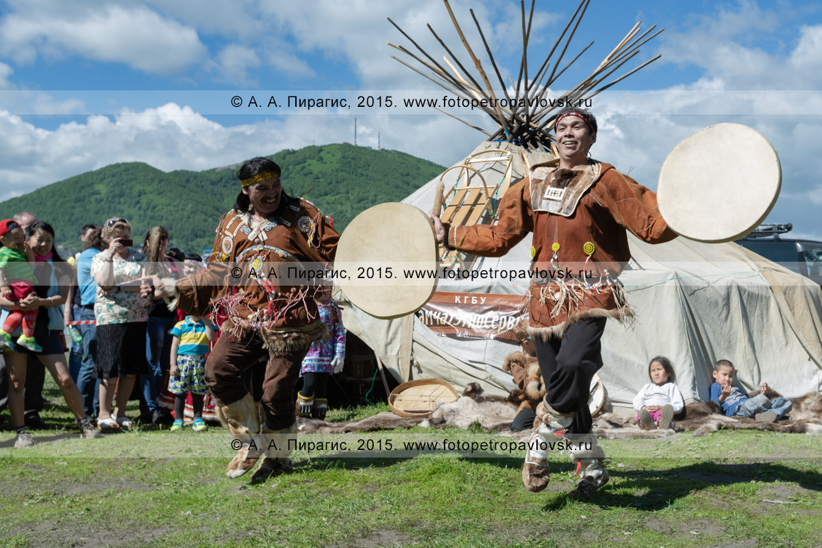Фотография: мужчины в традиционной одежде коренных жителей исполняют зажигательный танец с бубнами
