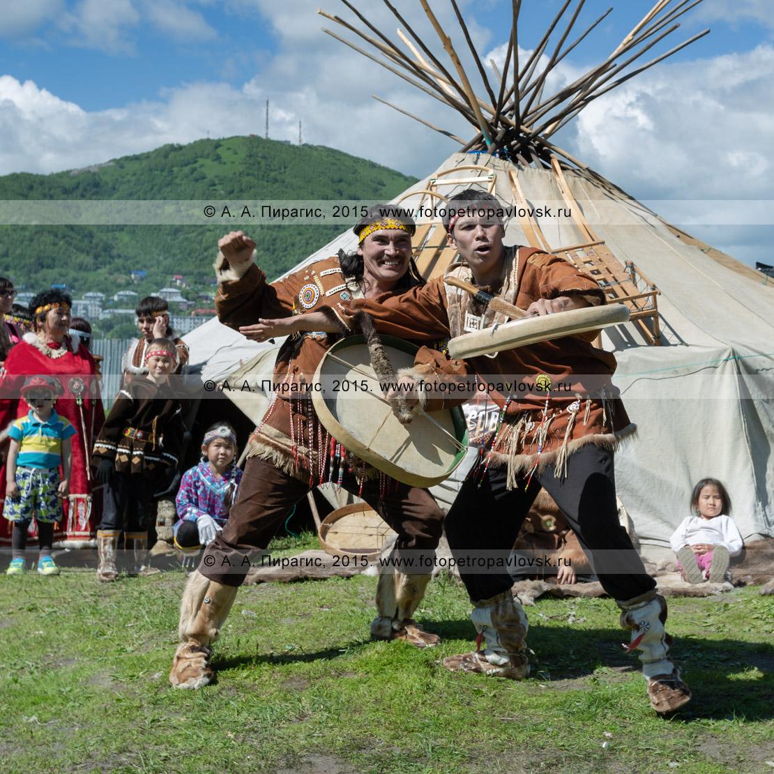 Фотография: мужской танец с бубнами возле яранги в исполнении фольклорного танцевального коллектива коренных народов Камчатки