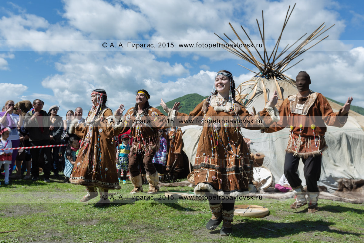 Фотография: зажигательный танец возле яранги в исполнении фольклорного танцевального коллектива коренных народов полуострова Камчатка