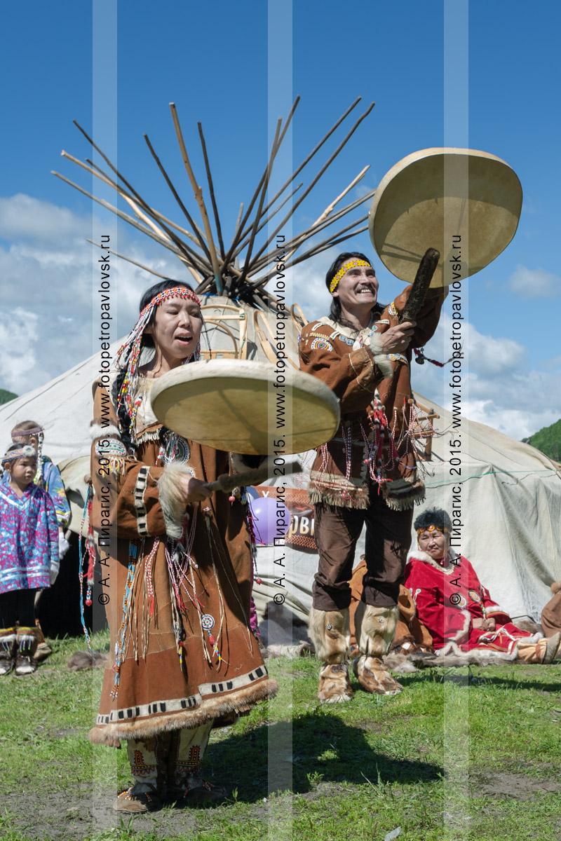 Фотография: зажигательный танец с бубнами фольклорного танцевального коллектива коренных народов полуострова Камчатка