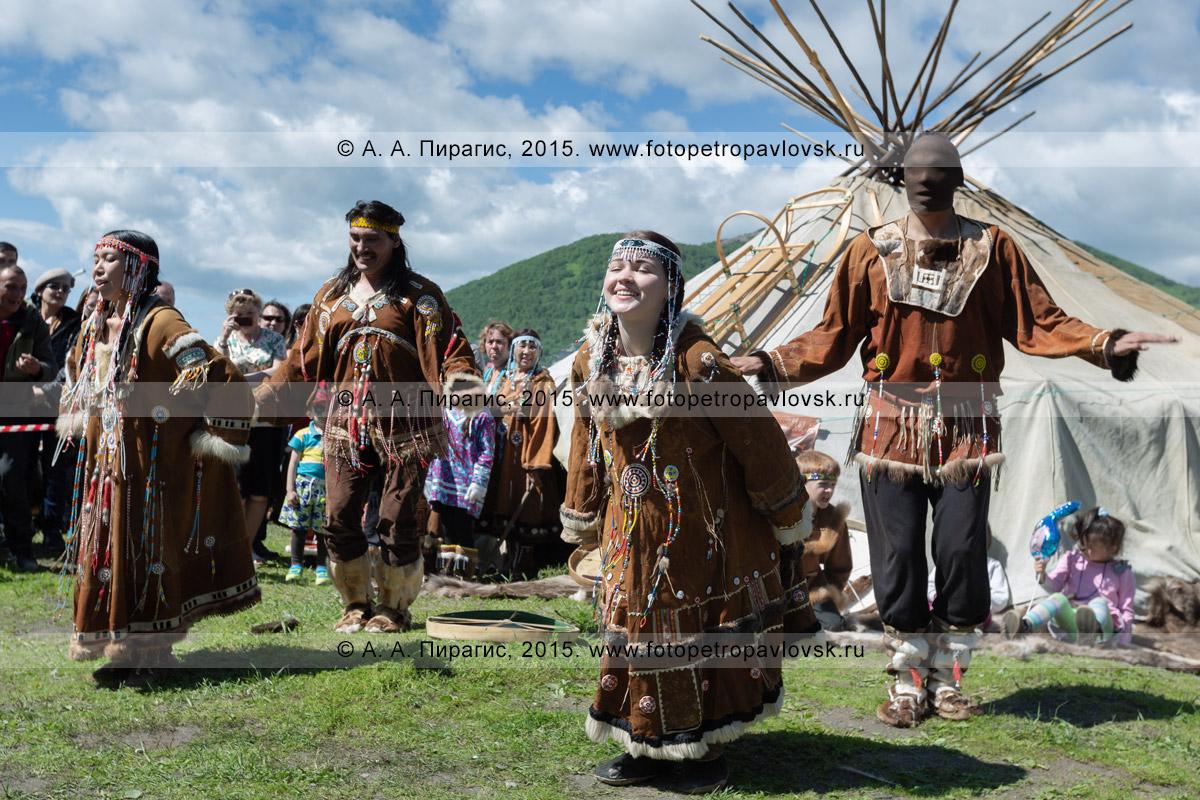 Фотография: танцоры фольклорного танцевального коллектива коренных народов Камчатки исполняют танец возле яранги
