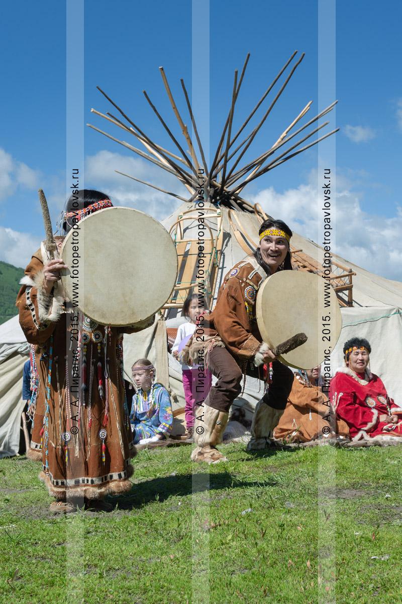 Фотография: танец с бубнами возле яранги фольклорного танцевального коллектива коренных народов Камчатки