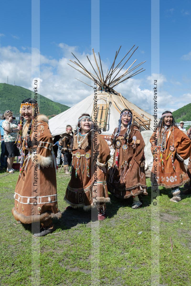 Фотография: женщины в традиционной одежде коренных жителей полуострова Камчатка танцуют возле яранги