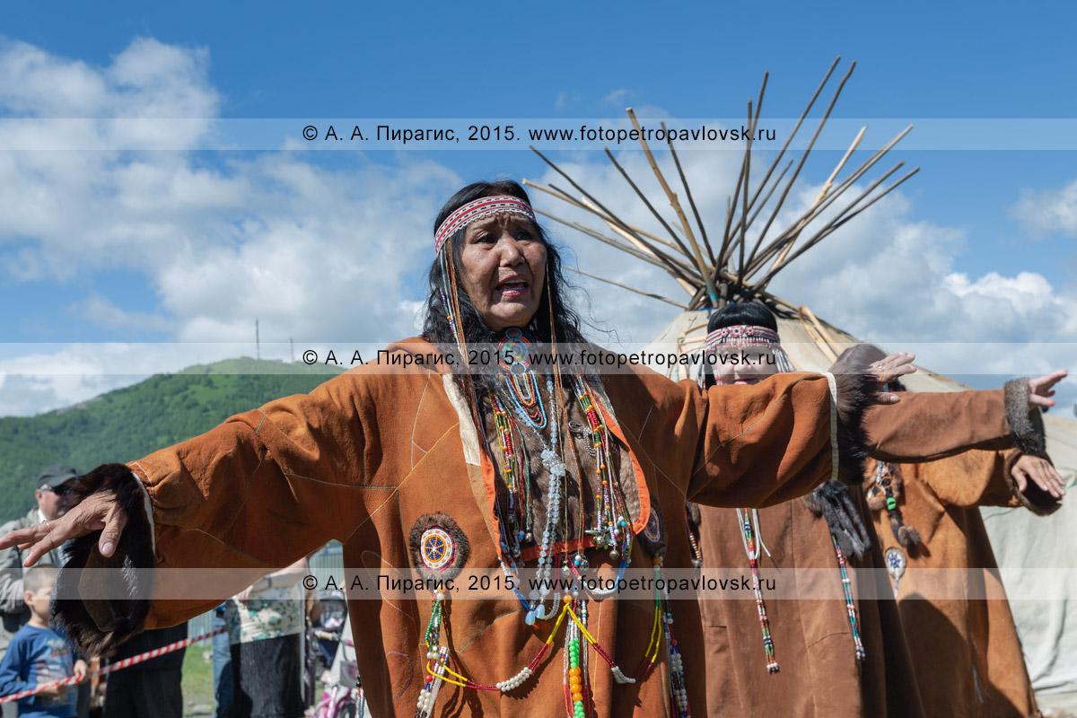 Фотография: женский танец в традиционной одежде коренных жителей полуострова Камчатка