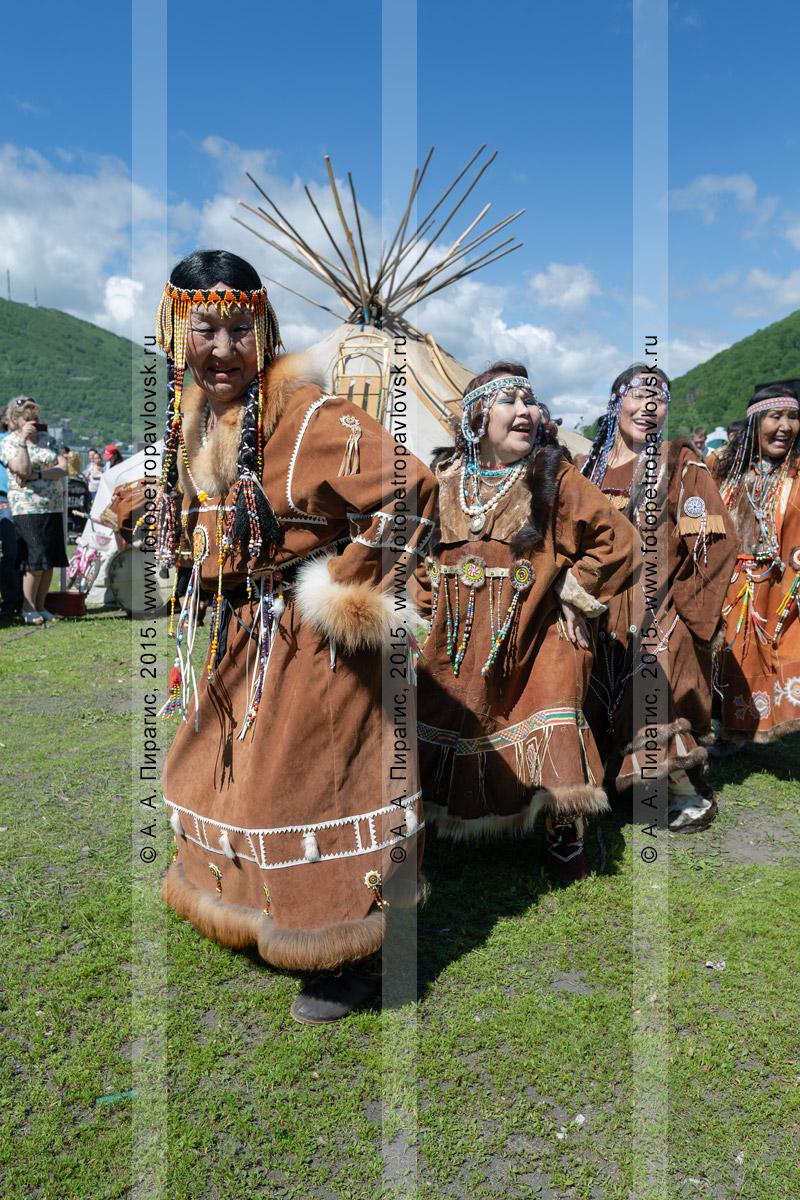 Фотография: женский танец в традиционной одежде коренных жителей Камчатки