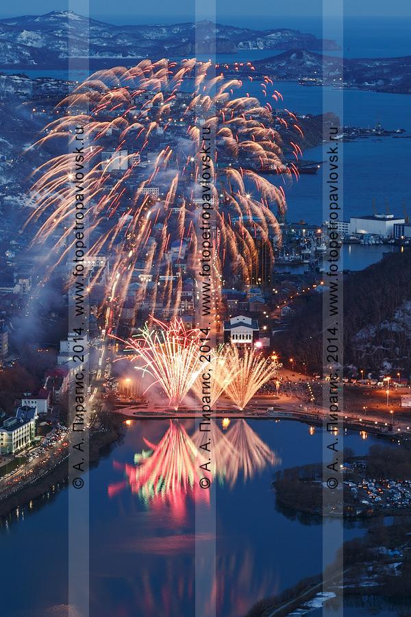 Фотография: праздничный фейерверк (салют) в День Победы 9 Мая. Камчатский край, Петропавловск-Камчатский