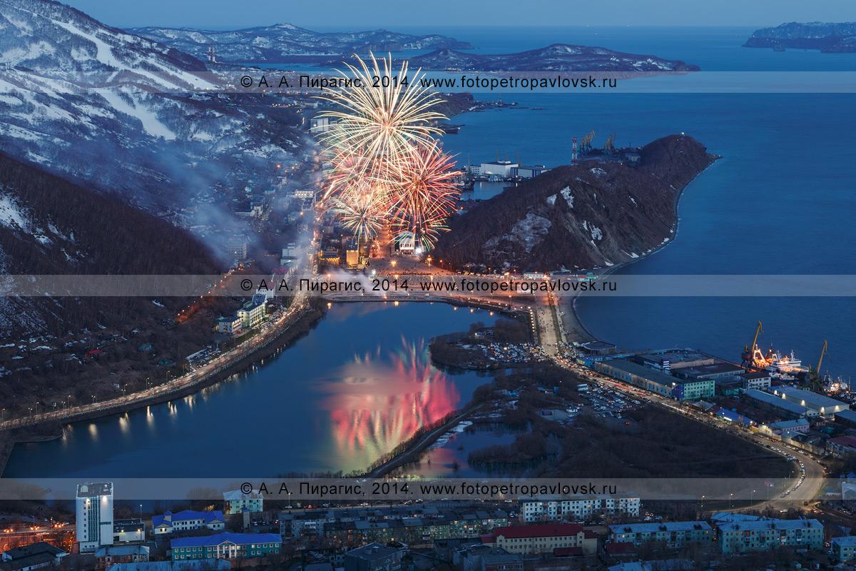 Фотография: День Победы 9 Мая, праздничный фейерверк (салют) в Петропавловске-Камчатском. Камчатский край