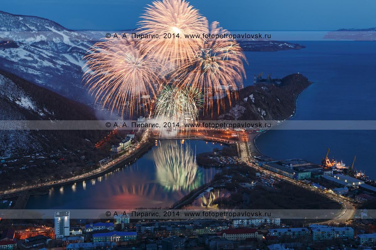 Фотография: День Победы 9 Мая, праздничный салют (фейерверк) в Петропавловске-Камчатском. Полуостров Камчатка