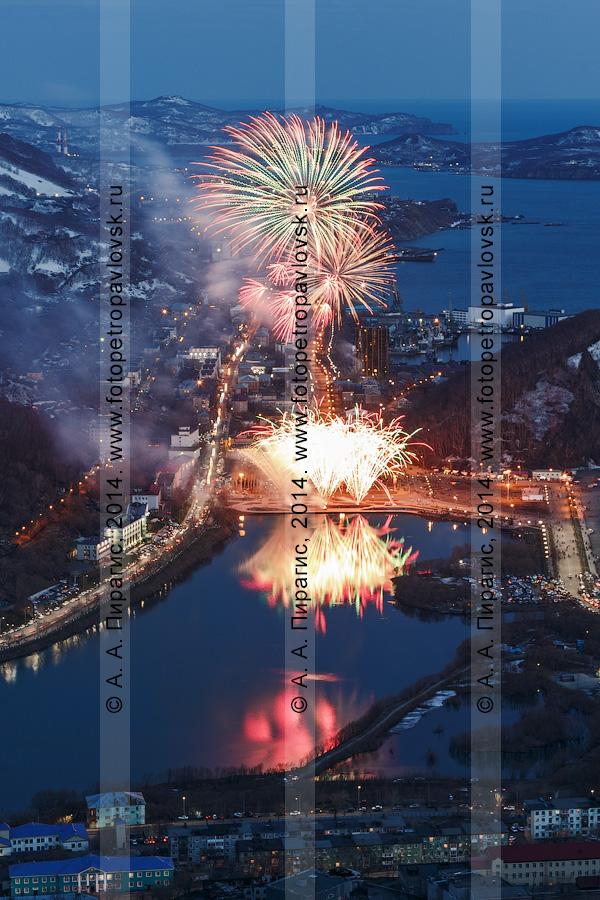 Фотография: вид на праздничный салют (фейерверк) в Петропавловске-Камчатском в День Победы 9 Мая