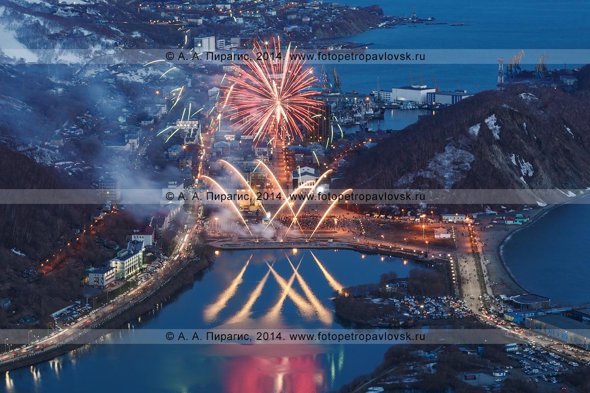 Фотография: праздничный салют (фейерверк) в День Победы 9 Мая. Камчатский край, Петропавловск-Камчатский