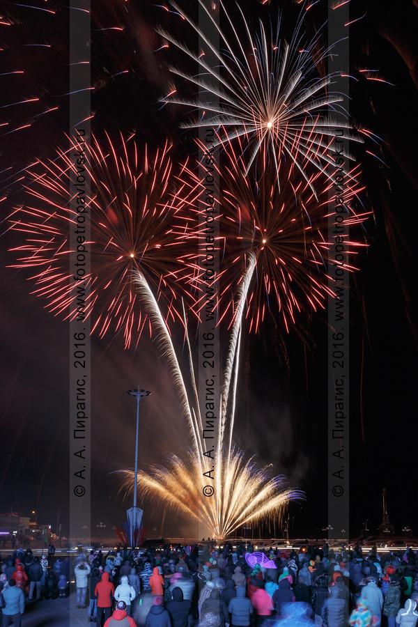 Фотография: праздничный салют (фейерверк) в столице Камчатского края в честь Дня защитника Отечества — 23 февраля. Петропавловск-Камчатский