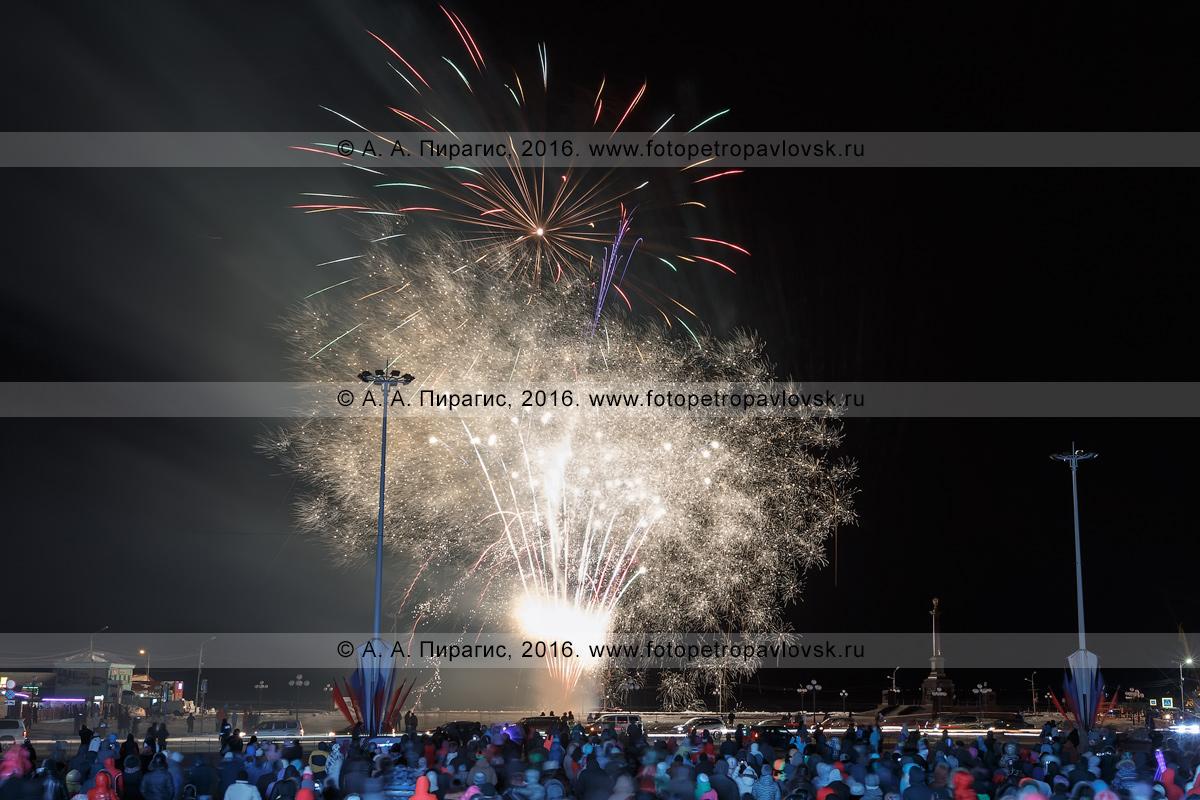 Фотография: День защитника Отечества — 23 февраля, праздничный салют (фейерверк) в Петропавловске-Камчатском. Камчатский край