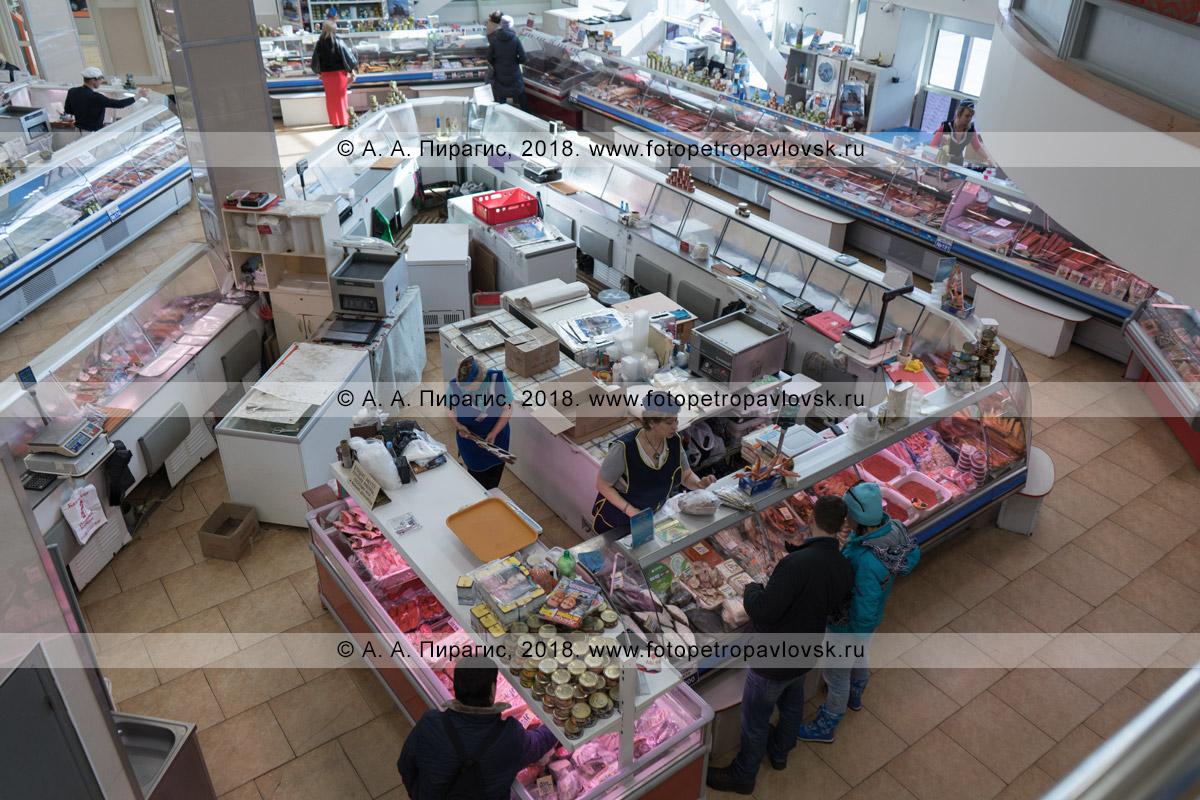 Фотография: продуктовый рынок в Петропавловске-Камчатском, отдел по продаже камчатской рыбы, икры, крабов и других морепродуктов, даров морей, прилегающих к полуострову Камчатка, и Тихого океана