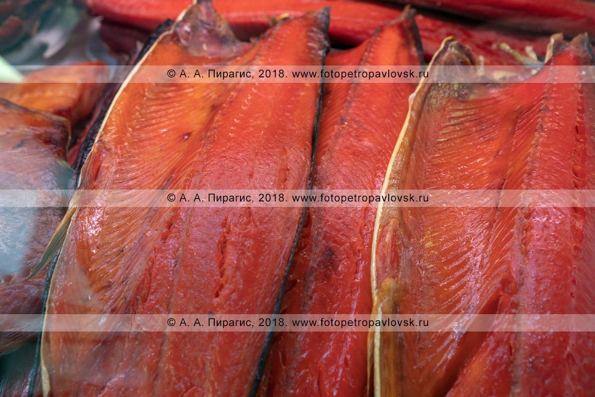 Фотография: копченая соленая красная рыба нерка на торговом прилавке рыбного рынка в столице Камчатского края