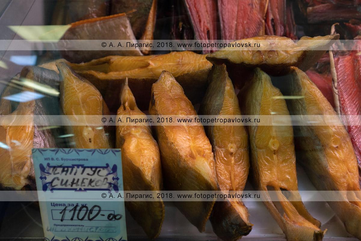 Фотография: торговый прилавок с копченой соленой рыбой палтус синекорый на рыбном рынке, цена на камчатский деликатес