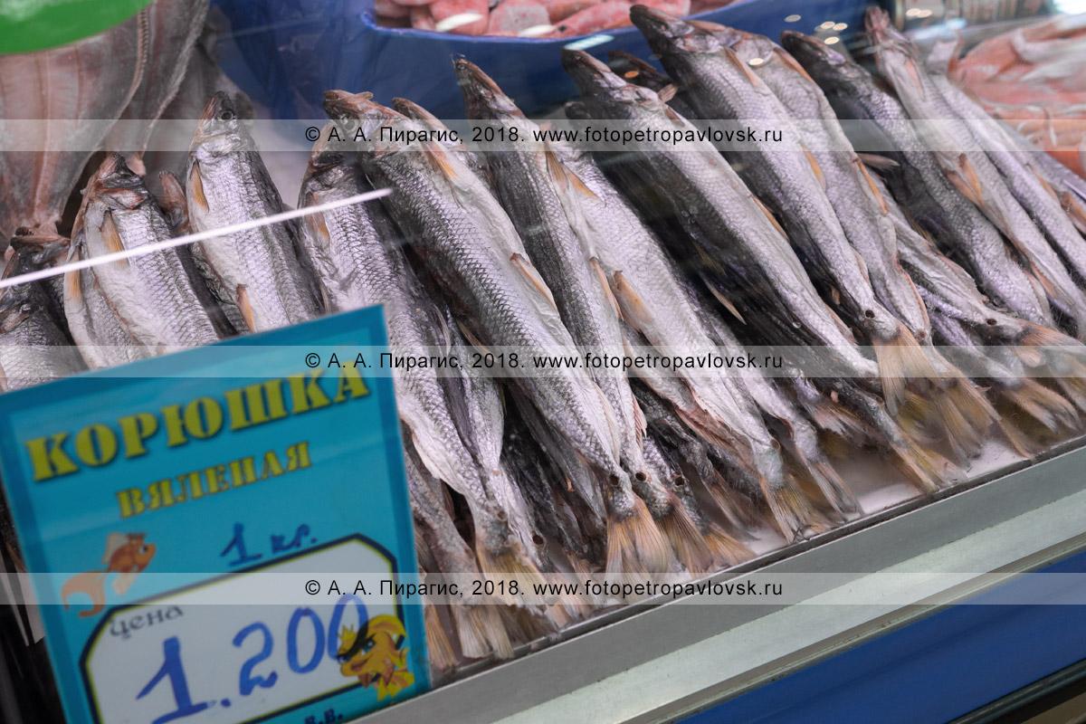 Фотография: витрина с соленой вяленой рыбой корюшка на рыбном рынке, цена на камчатский деликатес
