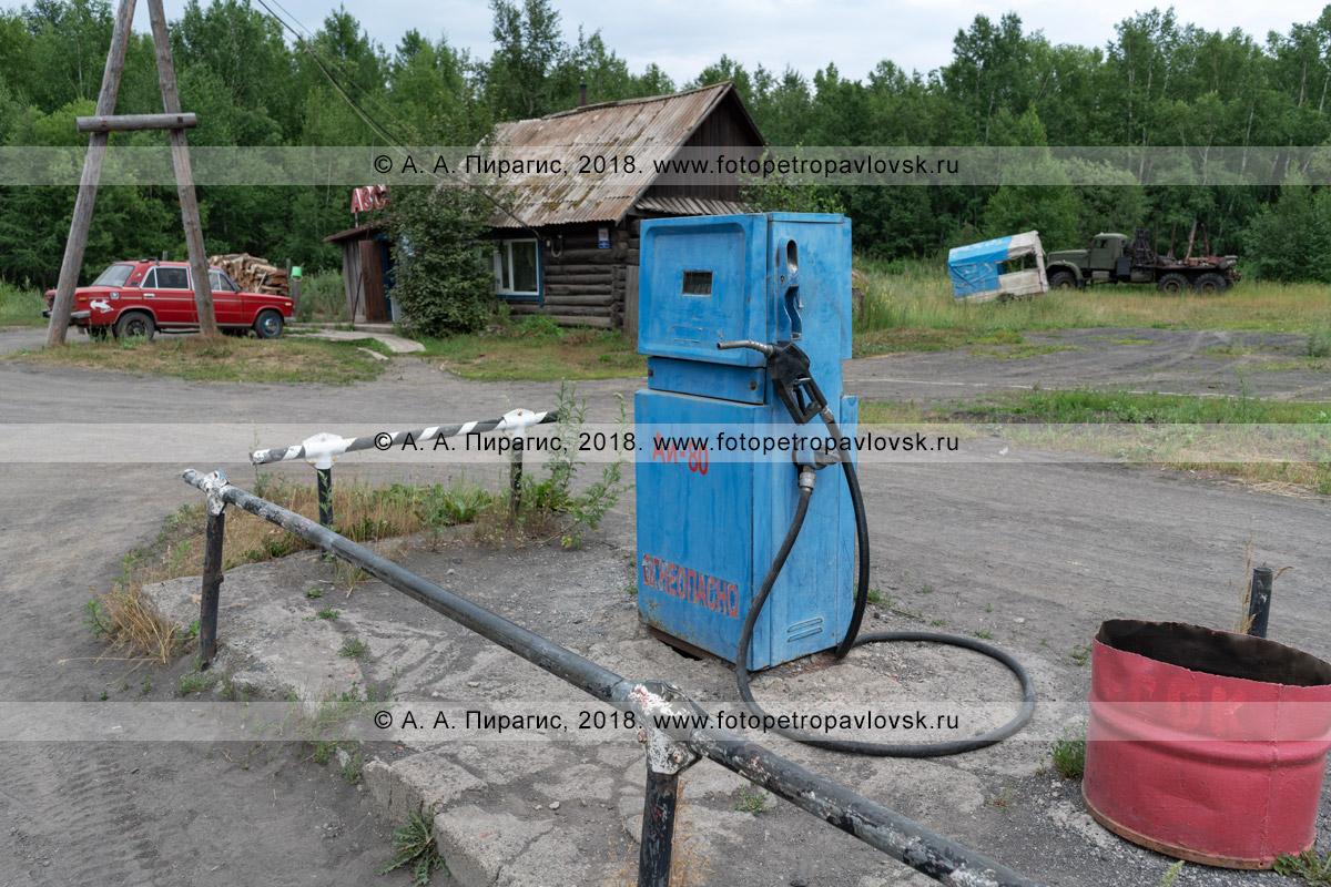 Фотография: старая советская топливораздаточная колонка для бензина на сельской провинциальной автозаправочной станции