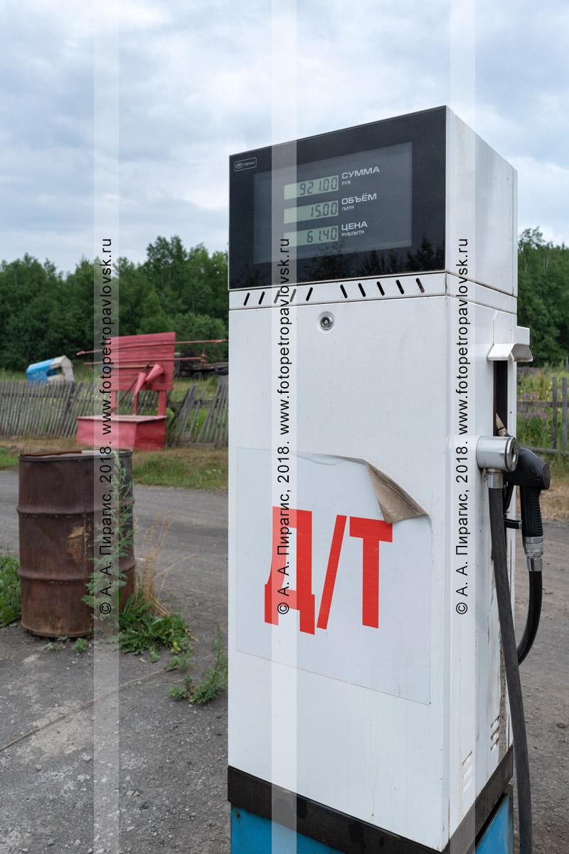 Фотография: автомобильная топливораздаточная колонка на провинциальной автозаправке