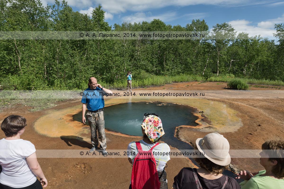Руководитель туристической группы (гид) рассказывает туристами и путешественникам о термальном источнике Грифон Иванова в Налычево. Камчатский край