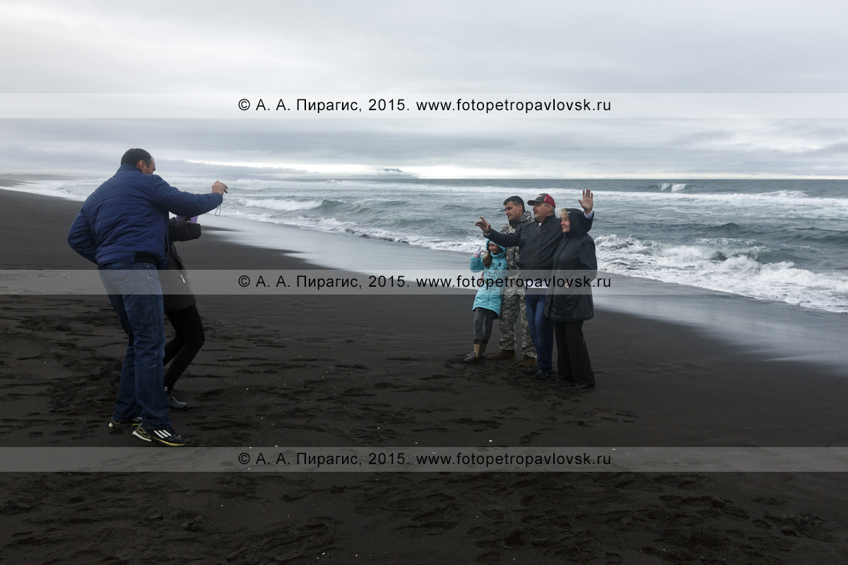 Фотография: туристы фотографируются на Халактырском пляже на фоне Тихого океана. Полуостров Камчатка