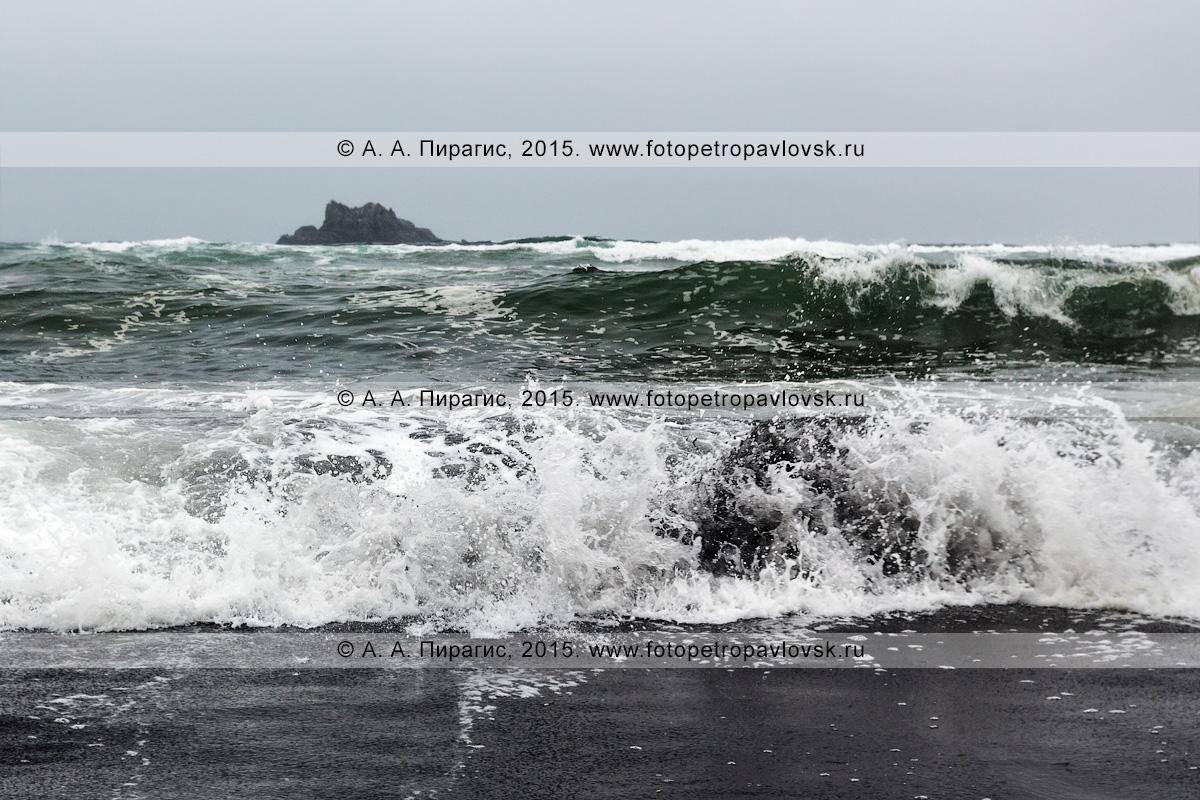 Фотография: вид с Халактырского пляжа на Тихий океан в пасмурную погоду. Полуостров Камчатка