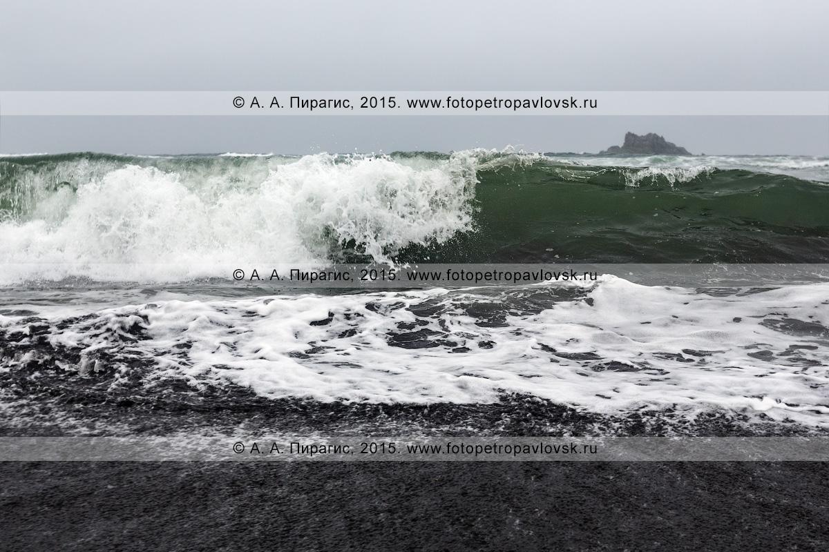 Фотография: пейзаж Камчатки — вид с Халактырского пляжа на прибой Тихого океана в пасмурную погоду