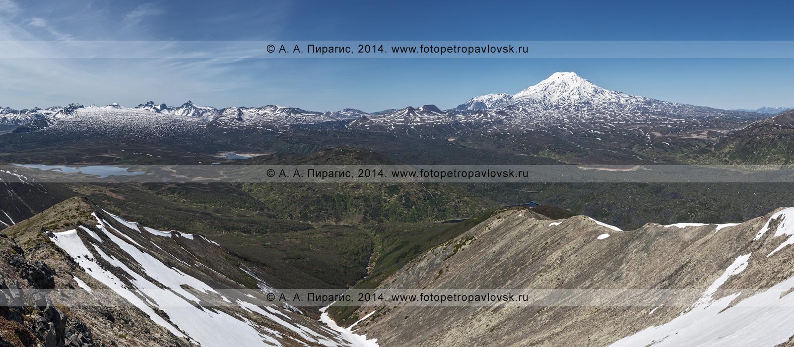 Фотография (панорама): Ичинский вулкан (Ichinsky Volcano), лавовые поля Южного Черпука и Северного Черпука, гора Баранья и гора Два Брата, озеро Тымкыгытгын, озеро Арбунат и озеро Ангре, с вершины горы Ангре. Камчатка, Срединный хребет, Ичинский вулканический район