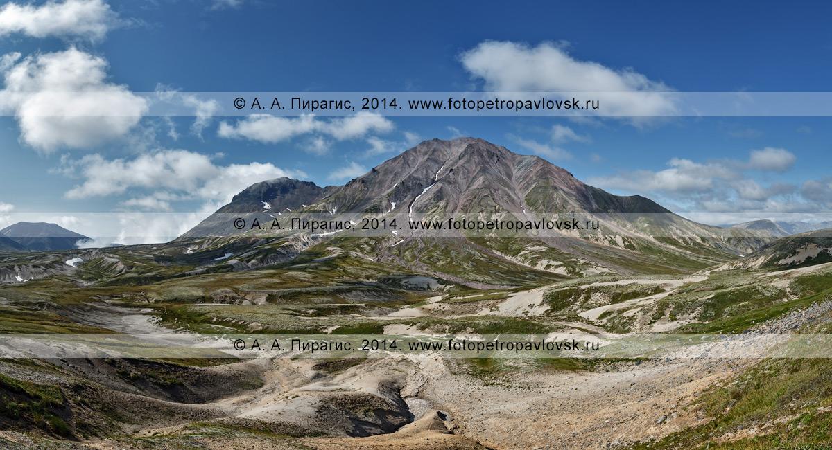Фотография (панорама): вид на действующий вулкан Хангар (Khangar Volcano). Камчатка, Срединный хребет, Срединный вулканический пояс