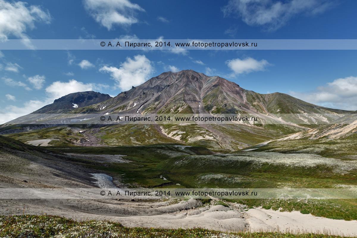 Фотография: живописный камчатский пейзаж, вид на действующий вулкан Хангар (Khangar Volcano). Полуостров Камчатка, Срединный хребет, Срединный вулканический пояс