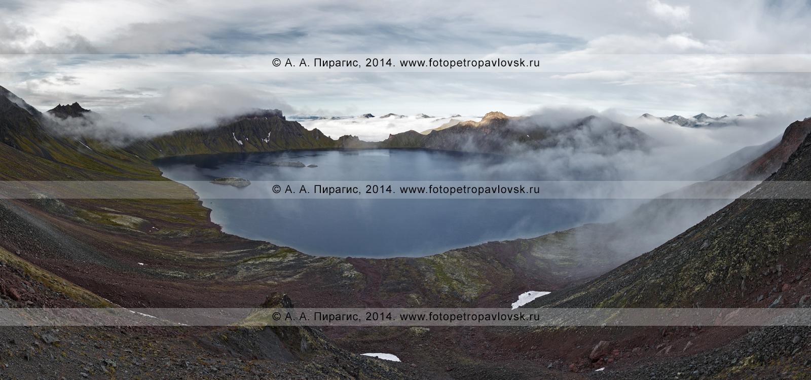 Фотография (панорама): кратер вулкана Хангар (Khangar Volcano) и кратерное озеро Хангар (озеро Кожгумк). Полуостров Камчатка, Срединный хребет, Срединный вулканический пояс