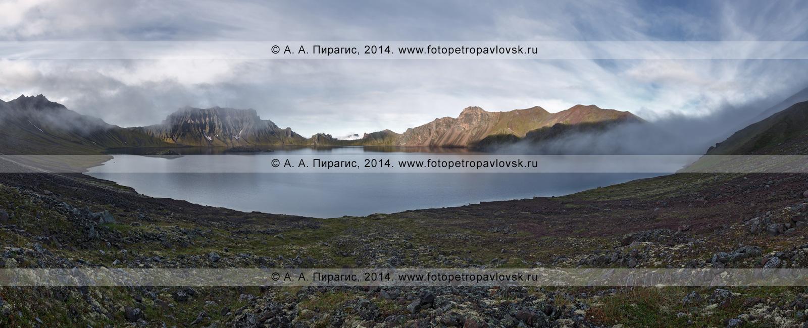 Фотография (панорама): красивый камчатский пейзаж — кратер действующего вулкана Хангар (Khangar Volcano) и кратерное озеро Хангар (озеро Кожгумк). Камчатка, Срединный хребет, Срединный вулканический пояс