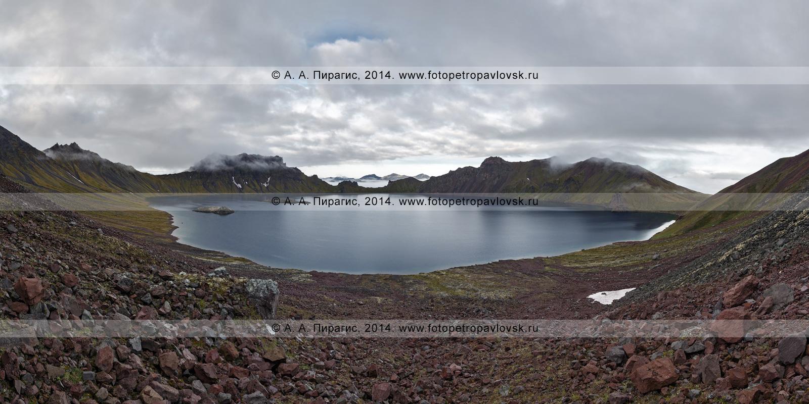 Фотография (панорама): пейзаж Камчатки — кратерное озеро Хангар (озеро Кожгумк) действующего вулкана Хангар (Khangar Volcano). Полуостров Камчатка, Срединный хребет, Срединный вулканический пояс