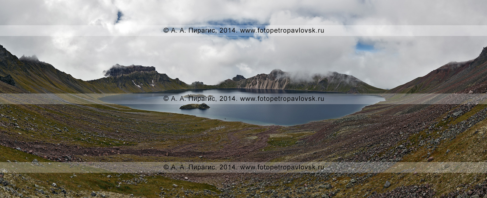 Фотография: озеро Хангар (озеро Кожгумк) в кратере действующего вулкана Хангар (Khangar Volcano). Полуостров Камчатка, Срединный хребет, Срединный вулканический пояс