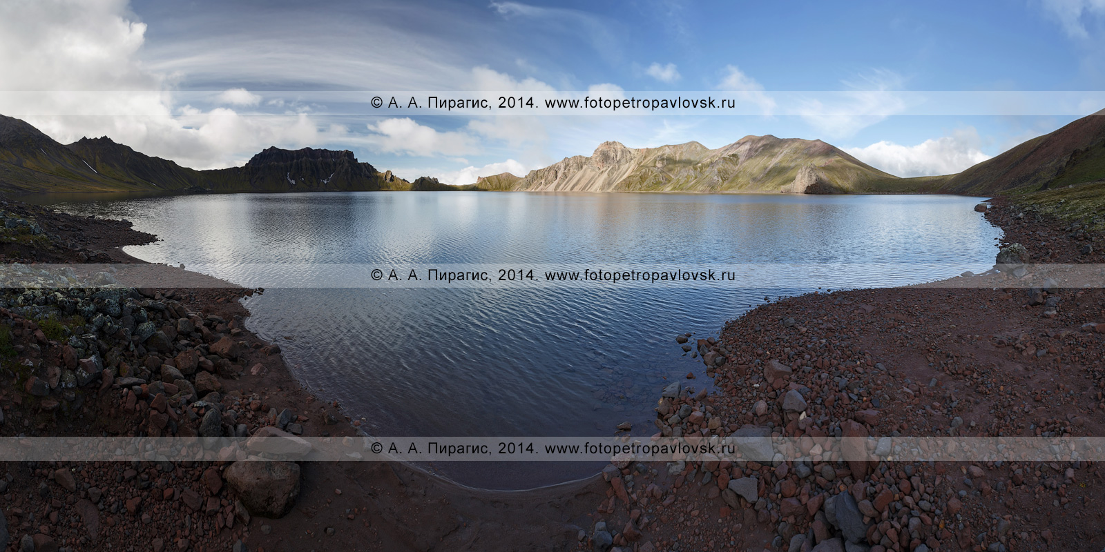 Фотография (панорама): озеро Хангар (озеро Кожгумк) в кратере действующего камчатского вулкана Хангар (Khangar Volcano). Полуостров Камчатка, Срединный хребет, Срединный вулканический пояс
