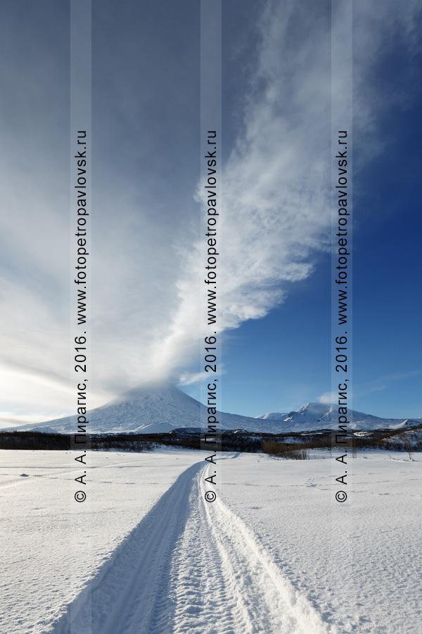 Фотография: снегоходная шахма к Ключевской группе вулканов — извергающему мощный столб пара и газа Ключевскому вулкану, вулкану Среднему, вулкану Крестовскому и вулкану Ушковскому