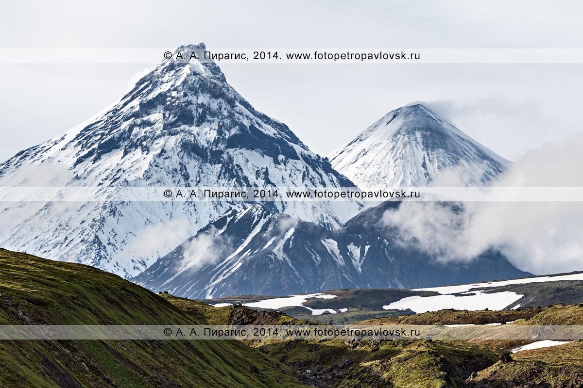 Фотография: вулкан Камень (Kamen Volcano), вулкан Ключевской (Klyuchevskoi Volcano) и вулкан Безымянный (Bezymianny Volcano). Камчатка, Ключевская группа вулканов