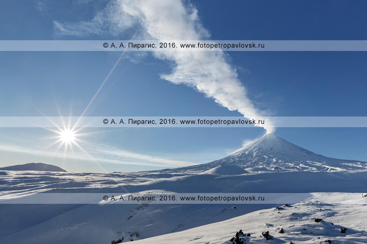 Фотографиия: зимний вид на действующий Ключевской вулкан (Klyuchevskoy Volcano). Полуостров Камчатка, Ключевская группа вулканов