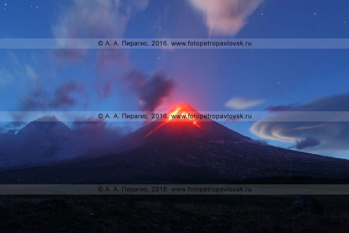 Фотография: красивый ночной вид на извергающийся вулкан Ключевская сопка (Klyuchevskaya Sopka), или Ключевской вулкан (Klyuchevskoy Volcano). Камчатский край