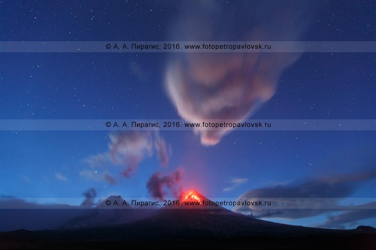 Фотография: красивый ночной вид на извержение Ключевского вулкана (Klyuchevskoy Volcano), или вулкана Ключевская сопка (Klyuchevskaya Sopka). Полуостров Камчатка