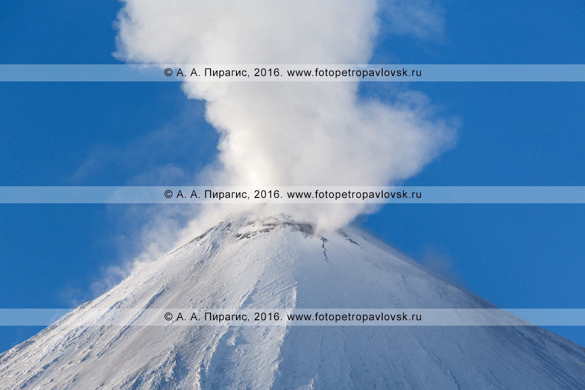 Фотография: мощная фумарольная активность вулкана Ключевская сопка, вид на вершину исполина. Камчатка, Ключевская группа вулканов