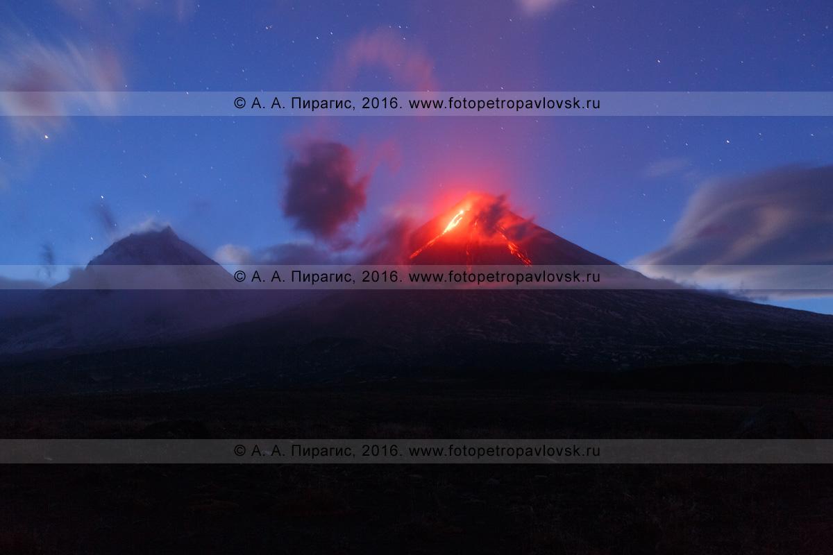Фотография: ночной вид на извергающийся камчатский исполин — Ключевской вулкан (Klyuchevskoy Volcano). Камчатка