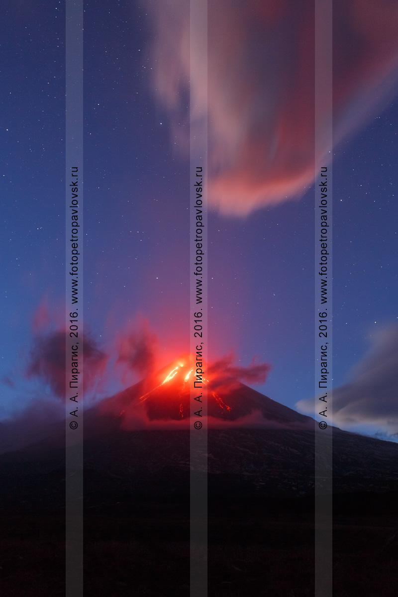 Фотография: Камчатка, ночной вид на извергающийся Ключевской вулкан (Klyuchevskoy Volcano), или вулкан Ключевская сопка (Klyuchevskaya Sopka)