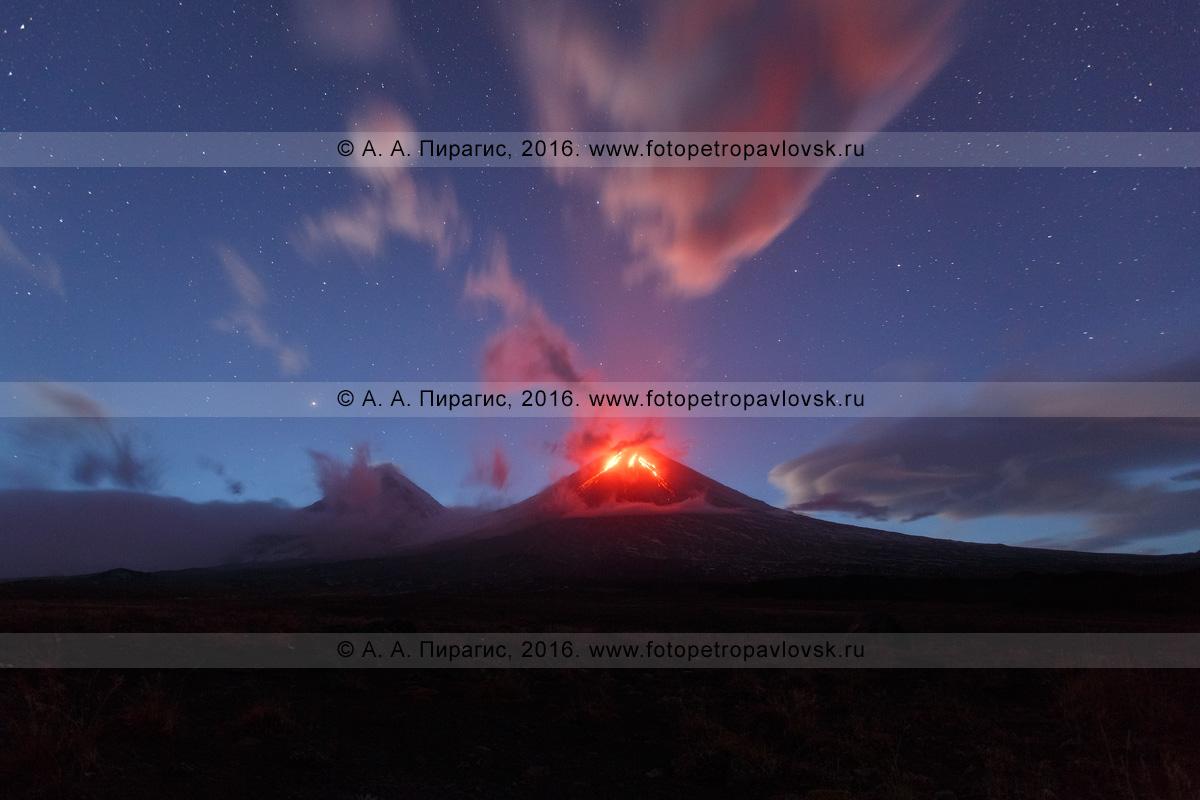 Фотография: ночной вид на извержение вулкана Ключевская сопка (Klyuchevskaya Sopka), или Ключевского вулкана (Klyuchevskoy Volcano). Камчатский край