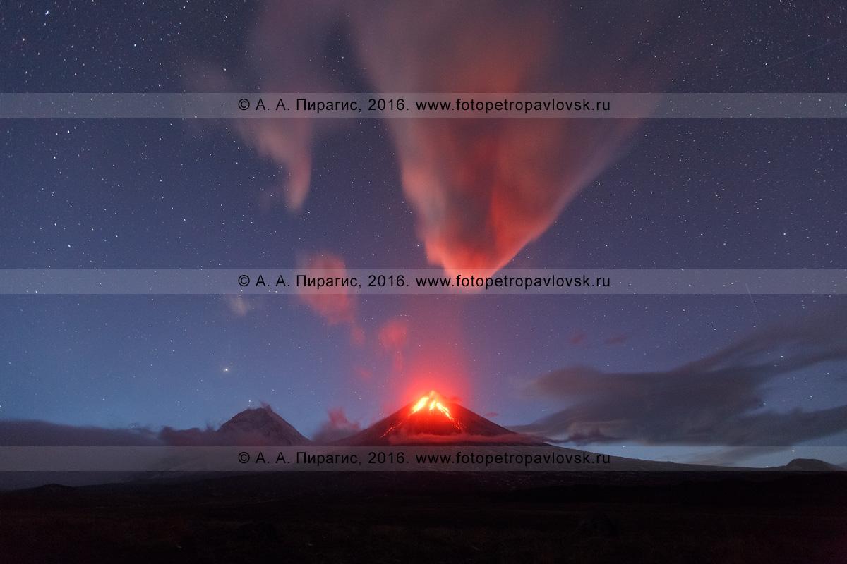 Фотография: Камчатский край, ночной вулканический пейзаж Камчатки — красивый вид на извержение вулкана Ключевская сопка (Klyuchevskaya Sopka), или Ключевского вулкана (Klyuchevskoy Volcano)