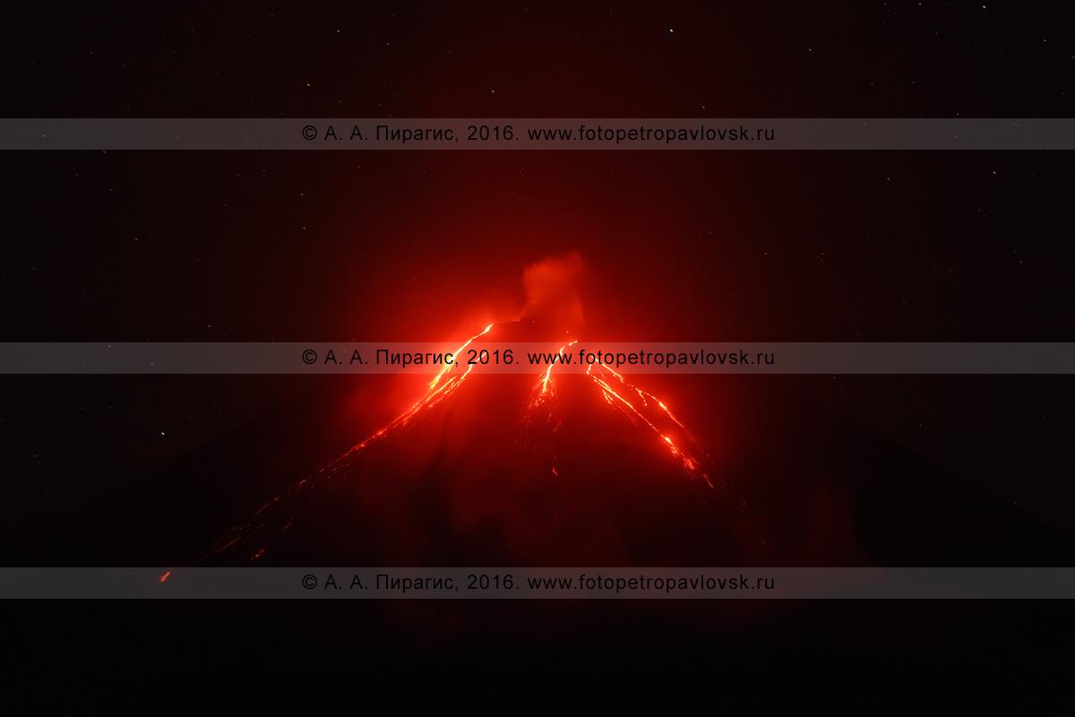 Фотография: ночной вид на извержение Ключевского вулкана (Klyuchevskoy Volcano) и текущие лавовые потоки по склону исполина. Полуостров Камчатка