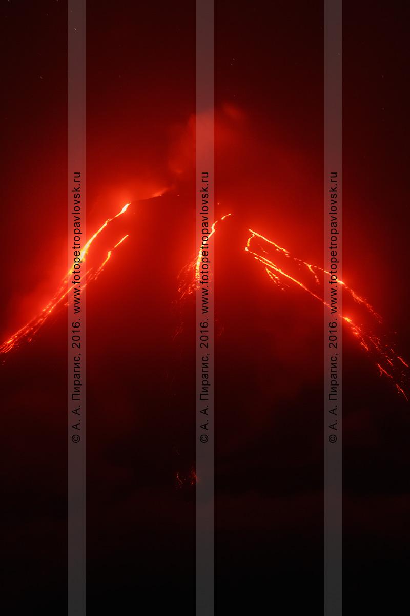 Фотография: Камчатка, ночной вид на извержение Ключевского вулкана (Klyuchevskoy Volcano), лавовые потоки, текущие по склону исполина