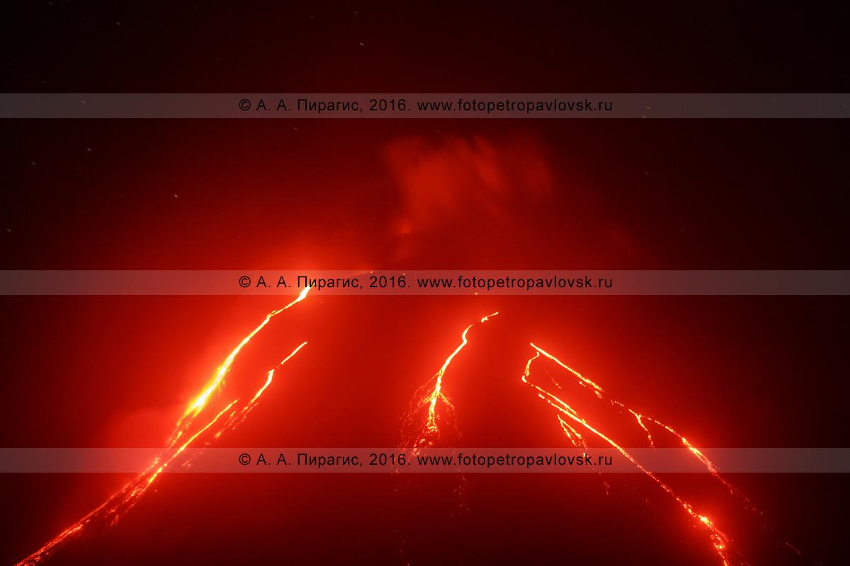 Фотография: вулкан Ключевская сопка (Klyuchevskaya Sopka), ночной вид на извержение и лавовые потоки, текущие по склону вулкана. Камчатский край