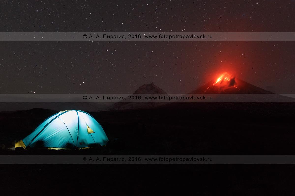 Фотография: туристическая палатка на фоне извержения вулкана Ключевская сопка. Камчатский край