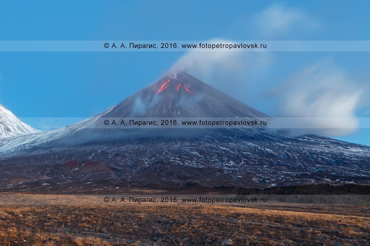 Фотография: камчатский пейзаж — извергающийся вулкан Ключевская сопка (Klyuchevskaya Sopka) — самый высокий действующий вулкан Европы и Азии