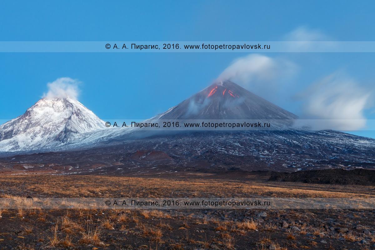 Фотография: вулканический пейзаж Камчатского края — извержение Ключевского вулкана (Klyuchevskoy Volcano) и вулкан Камень (слева на фото)
